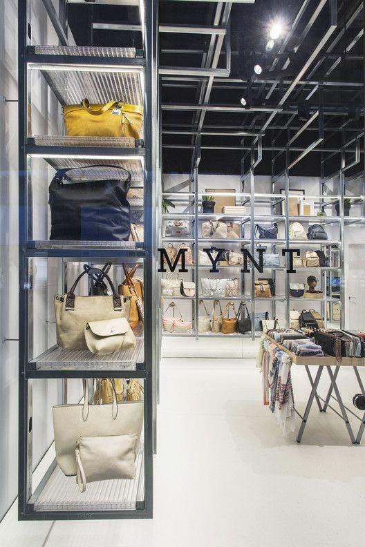 Perfiles metálicos son convertidos en estantes en esta tienda en Barcelona,© Xavi Torrent