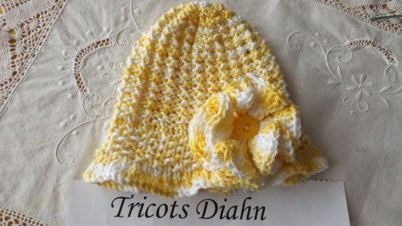 tuque 3 mois   en coton  avec grosse fleur et bouton jaune (patron Knot enuf knitting) voyez sur Etsy.com/ca/fr/shop/TricotsDiahn pour achat.