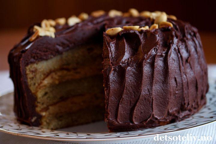 Hei! Maaaange har mast på meg i helgen for å få oppskriften på denne kaken som jeg postet bilde av i sosiale medier. Her er den endelig!  En gigastor, saftig banankake med peanøttkrem i fyllet og et tykt lag deeeeilig sjokoladeglasur... Den ble bare så utrolig god! Perfekt kake til selskaper, men også ganske så herlig å ha hjemme i kjøleskapet en helt vanlig mandag...