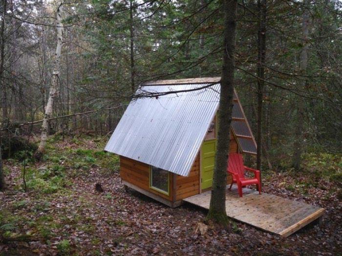 Un constructor de viviendas diminutas ha creado Rock Bottom, una pequeña cabaña de madera y policarbonato, hecha con un presupuesto de tan solo 300 dólares.