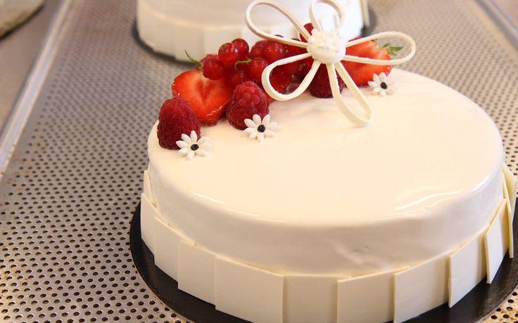 En kake til 17. Mai feiringen? Her får du en oppskrift på en frisk kake med fargene av det norske flagget inni. Pyntet med friske bær.
