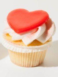 Omdat het bijna Valentijnsdag is hebben we een leuke actie. Als u een zak muffinmix totaal bestelt, ontvangt u er 1 cupcakedoosje met opdruk helemaal gratis bij. Hoe meer zakken u bestelt, hoe meer gratis cupcakedoosjes dus. Bij 2,5 kg ontvangt u dus 5 gratis cupcakedoosjes. Bekijk het filmpje hoe u een mooie toef spuit en maak onze valentijns cupcakes.
