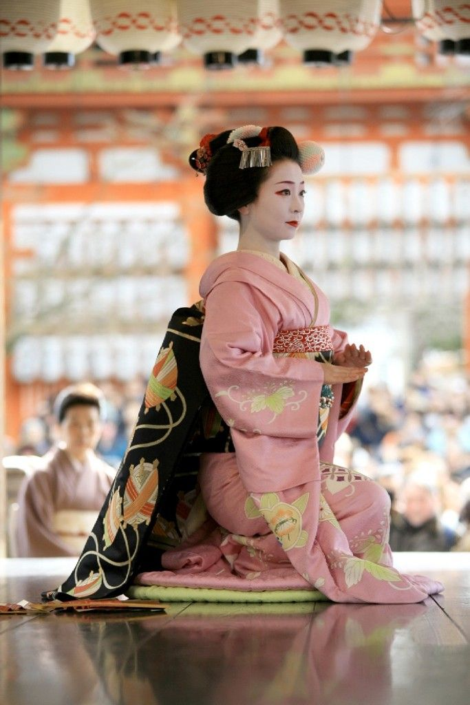 #japan #kyoto Maybe this is the Setsubun festival at Yasaka shirine, Kyoto. In which Maiko dedicates its dance to the gods. 2nd  3rd February.