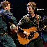 """¿Quién se hubiera imaginado que Blur y Oasis alguna vez pisarían el mismo escenario para tocar un número juntos? Aunque no estuvo la alineación completa de ambos grupos, Damon Albarn y la cabeza de los Gallagher, Noel, hicieron historia la noche de ayer 23 de marzo; la canción elegida: """"Tender"""".Con motivo de recaudar fondos para …"""