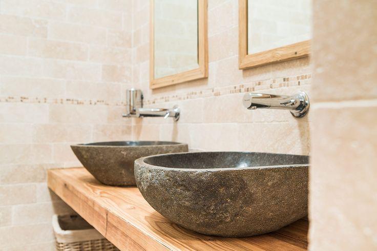 BLACK STONE Solo i migliori sassi provenienti dai fiumi delle Alpi possono diventare BLACK STONE. Blocchi di granito lavorati dalle mani sapienti dello scalpellino diventano opere d'arte per il vostro bagno. #bathroom #lavabi #sink #design #homeideas #interiors #rinovo #legno #wood #chalet #baita #mountains #lavaboinpietra #bagnorustico