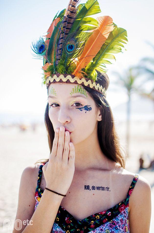 Foi no Carnaval que passou: Larissa, seu cocar de índia e as tattoos temporárias da Le Petit Pirate.