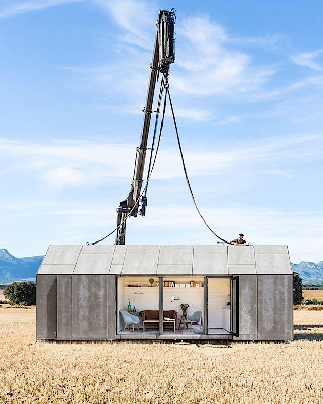 Das hier ist ein richtiges kleines Haus. Es nennt sich ÁPH80 und wurde von den Architekten von Ábaton entworfen. Weil es nur 3 x 9 Meter groß ist, kann man es überall aufstellen und jederzeit wieder versetzen. Trotzdem hat es innen genug Platz für Wohnbere – Martina Nožinová