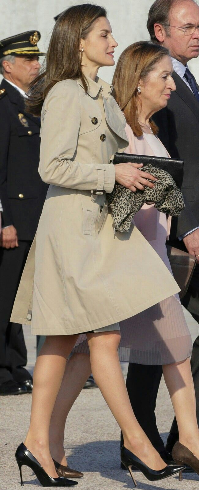 Queen Letizia - #trench- leopard scarf- Carolina Herrera - chic