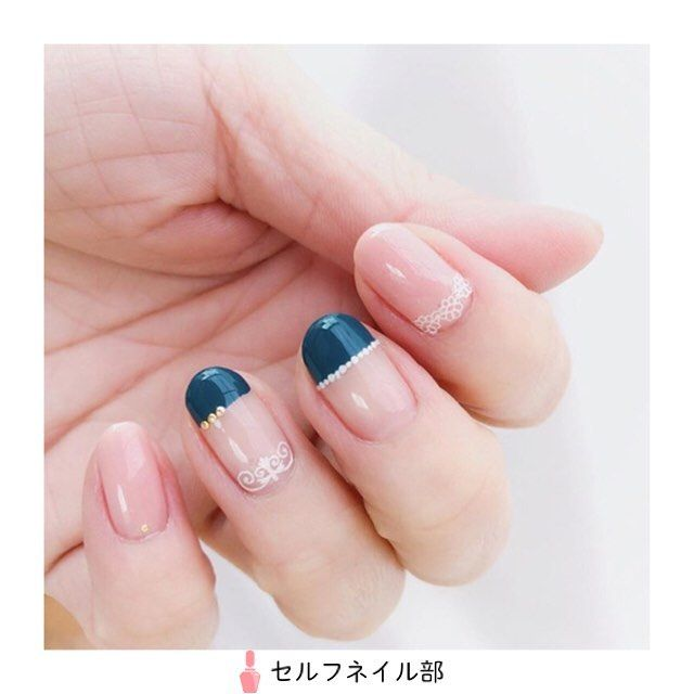 (@sachi.den)さんの、 「大人キュートネイル」を紹介します💅🏻 . 〜やり方〜 1.ベースコートを塗る 2.親指、人差し指、小指にネイルファンデーション1度塗り乾いたらインテグレートグレイシィ1度塗る 3.中指、薬指のハーフフレンチをエスポルールで2度塗り 4.クイックドライトップコート1度塗り、薬指(1mm)小指(0.8mm)にスタッズを置く、他の指にレースシールを貼る 5.セシェヴィート(トップコート)を塗り完成 . 〜使用したもの〜 .ParaDo...ネイルファンデーション PO01 .インテグレートグレイシィ...レッド713 .エスポルール...ピーコックブルー .REVLON...クイックドライトップコート .セシェヴィート .ラウンドスタッズ...1mm、0.8mm .レースシール . 〜ポイント〜 .ラウンドスタッズはトップコートが乾ききる前に。レースシールはトップコートが完全に乾いてから貼ると綺麗に仕上がります٩(^‿^)۶ . 《セルフネイル部編集部からのコメント💅🏻》…