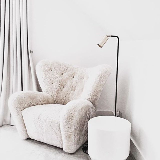 The white on white contrast with the Tired Man armchair creates a pure and soft expression in this photo by @louiseholtdesign.⠀⠀