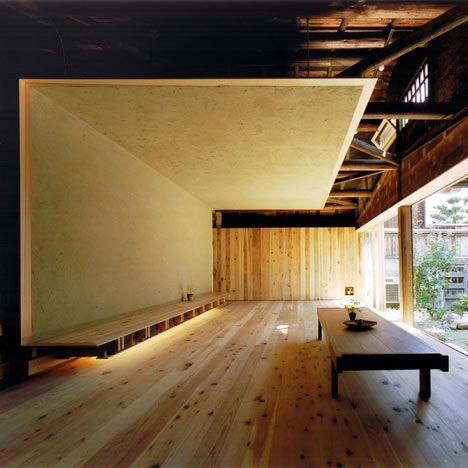 Japanese architect Tadashi Yoshimura created a living room lined with mud during the renovation of this 200-year-old family house in Nara.