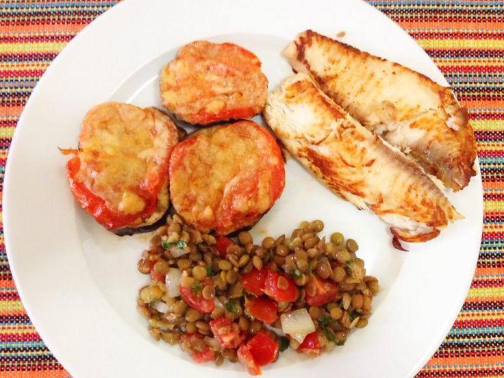 E o almoço hoje foi assim: Berinjela assada no forno com tomate e queijo parmesão  Tilápia grelhada Salada de lentilha by malhandocorpoemente