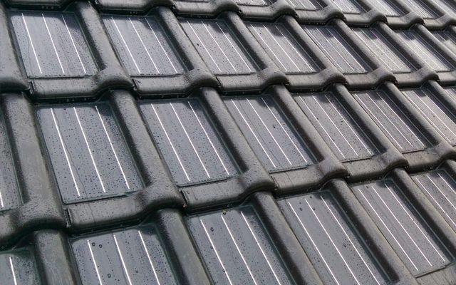 De zonnedakpan is een dakpan en een zonnepaneel in één. Zonnedakpannen zijn iets duurder dan standaard zonnepanelen, maar je hebt meteen nieuwe dakpannen.