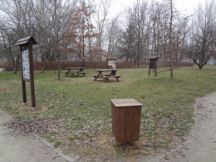 Na terenie parku ustawiono interaktywne narzędzia terenowe do edukacji kulturalnej i przyrodniczej, pozwalające na niewymuszoną naukę poprzez zabawę oraz utworzono strefy odpoczynku w postaci ławek ze stolikami dla opiekunów, czy też osób starszych. Koszt projektu 23 300 zł.