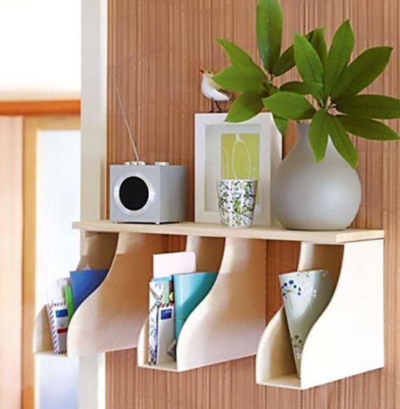 wand im flur dekorieren mit diy Wandregal aus Holz-Zeitschriftensammlern