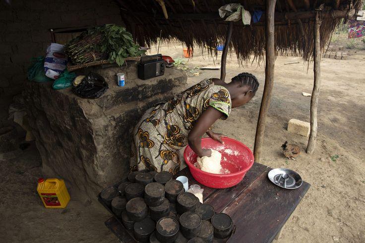 Rose impasta il pane vicino a un forno. da quando ha incontrato suor Angelique circa due anni fa, Rose ha cambiato la sua vita. Vittima delle violenze del gruppo ribelle LRA e ripudiata dalla sua famiglia, Rose ha imparato a fare il pane, che ora vende al mercato locale. Ora riesce a contrinìbuire significativamente al sostentamento della sua famiglia.  www.unhcr.it UNHCR/B. Sokol