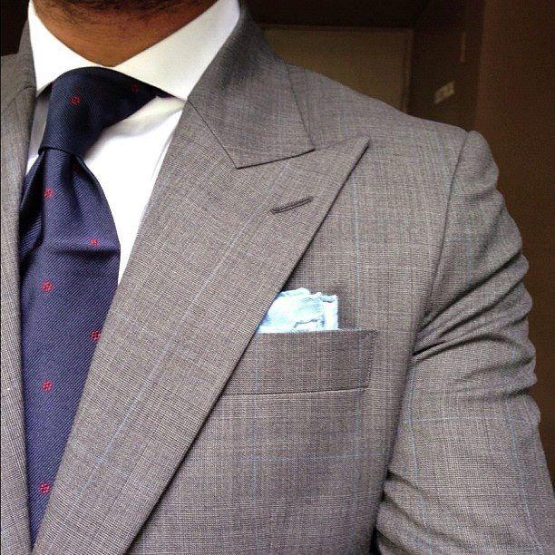 Big peak lapels. Nice tie.