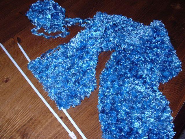 Il raffreddore vi ha colpito? Avete l'influenza? La prossima volta copritevi meglio usando le nostre morbide sciarpe! Tutti pazzi per le sciarpe sul #negoziovirtuale di #conlemani. (quasi tutti pazzi, il gatto non tanto!) #blu