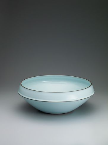 Nakano bowl with moon white glaze. Zenzo Fukushima, blue-tinted seihakuji (blue-white porcelain), known in English as celadon, is produced using porcelain clay made from white stone. It is pottery that has been biscuit-fired and painted with a glaze containing a small amount of iron, which turns a bluish tint when fired again. This technique originated in China.