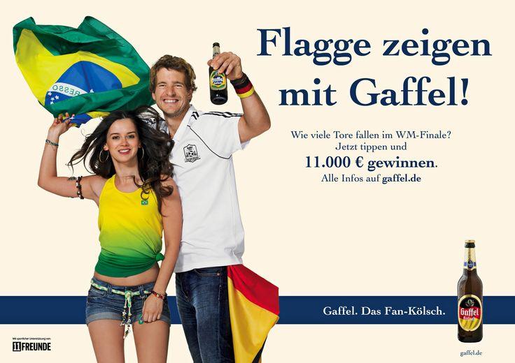 Flagge Zeigen zur Weltmeisterschaft: Von Kölnern für Kölner. Eine kölsche Brasilianerin und ein Kölner Sportstudent zeigen Flagge für ein tolles Fussballfest. Ganz patriotisch wurde für die neue Kampagne der Kölner Privatbrauerei Gaffel zum Tippen aufgerufen. Beide Modelle sind authentisch, lieben den Fussball und sind mit ganzem Herzen Kölner. Alle Etiketten tragen im Aktionszeitraum die Flagge eines Teilnehmerlandes. Auf Plakatwänden, übers Internet, auf Litfaßs