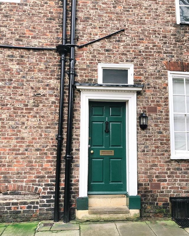 I have this thing for Tudor brick! Today me and the Mr had a day date and explored York the treasures house lunch at the Ivy and a little shopping. I then made it home and needed a nap because apparently I still cant manage a full day awake!      #york #northyorkshire #visityork #theshambles #hiddenstreets #quainttown #alleyways #independentshop #maudeandtommy #britishweather #wetthursday #autumnishere #ourtwentysomethingautumn #howihue #lifestyleblogger #under10k #smallblogger…