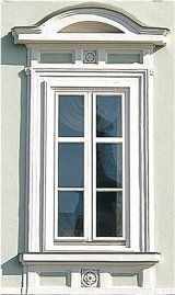 Popraskané rýmy okien, z ktorých odpadá pôvodný lak, vyzerajú dosť nepekne a rušia celkový vzhľad domu. Ako opraviť rám okna?