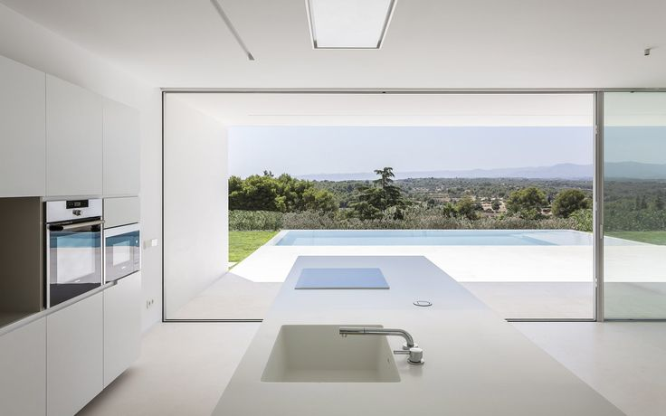 Casa sobre los olivos · House on the olive trees | Gallardo Llopis Arquitectos #gallardollopisarquitectos #germancabo #piscina #pool #white #minimal #cocina #kitchen #paisaje #olivos #olive #sky #cielo