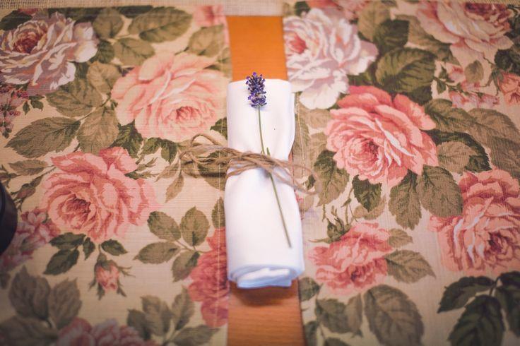 Serwetki z subtelną dekoracją z lawendy przewiązane sznurkiem jutowym.
