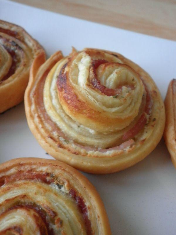 Escargots feuilletes au jambon et boursin 1 pâte feuilletée 3 tranches de jambon blanc Boursin ail et fines herbes ou philadelphia