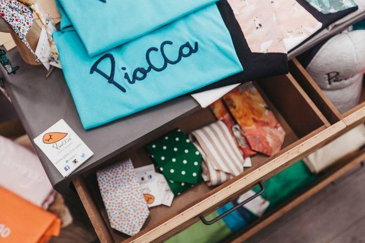 Remember @flamingoweekend  [Corbatas camisetas gorras pajaritas...] Fotografía: @currovallejo  Mobiliario: @nave_44  #eventos #piocca #popup #market #flamingoweekend #presentacion #nuevacoleccion #newcollection #moda #complementos #nave44 #mobiliario #web #hechoenalmeria #hechoenespaña