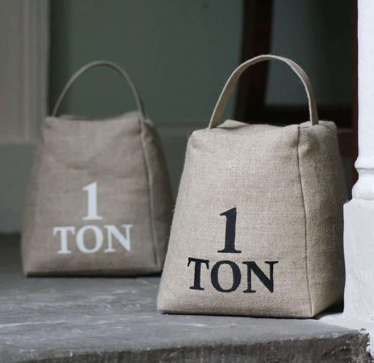 Sujeta puertas de lino 100 % para rellenar con lo que tengas a mano...arroz, lentejas, arena..para evitar los portazos de las corrientes veraniegas. www.viloop.com
