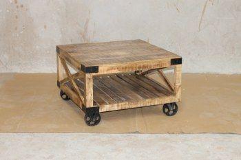 Industriellt soffbord på hjul 80x80x50 cm (rek.pris3500 kr) / Möbler industriell stil