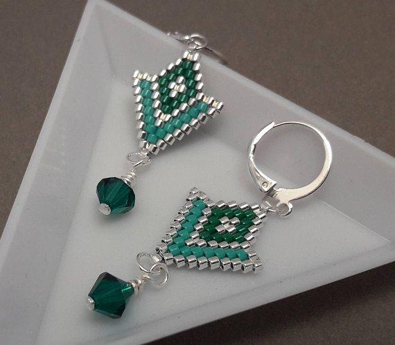 Boucles doreilles légères réalisées en perles délicas Miyuki en tissage brick stitch (les perles sont tissées une à une à laiguille), avec une toupie Swarovski de 6 mm. Longueur : 5 cm (attache comprise) Largeur : 1,7 cm au plus large. Ces boucles doreilles sont disponibles en