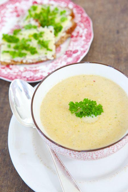 Hildas hem Gör så här Skala och skär rotfrukter och löken i bitar och lägg i en stor kastrull. Tillsätt smör och fräs runt någon minut under omrörning. Häll i vatten och grönsaksbuljong och rör runt. Koka (gärna under lock) i ca 20 minuter tills rotfrukterna är mjuka. Tillsätt sambal olek och persiljan. Mixa soppan grovt med stavmixer. Tillsätt grädde och koka upp. Smaka av soppan med salt, peppar.