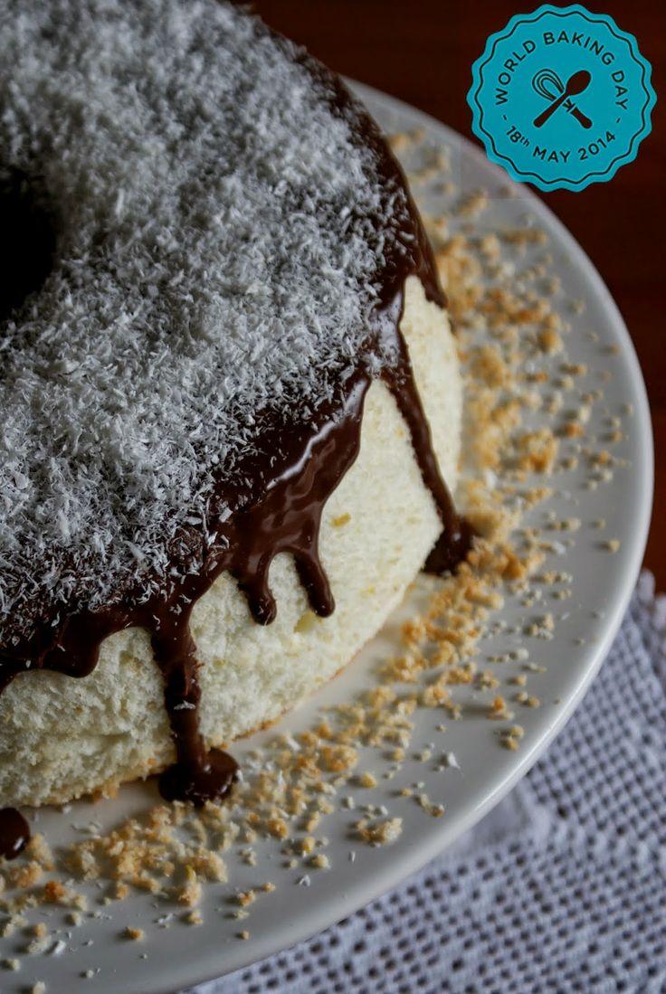Bolo de Anjo com cobertura de Chocolate e Coco