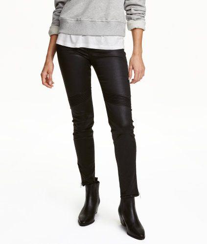 Svart/Coating. Ett par ankellånga 5-ficksjeans i superstretchig twill. Jeansen har dekorativa passpoalfickor fram samt sömmar vid knäna. Extra smala ben med