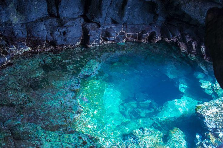 Das Olho Azul auf der Insel Sal leuchtet um die Mittagszeit in strahlenden Blau- und Türkistönen, Kap Verde