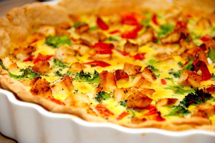 Opskrift på tærte med kylling, der er nem at lave. Tærten bages også med broccoli, bacon og peberfrugt, og den er god til frokost dagen efter. Til en tærte med kylling til 4-6 personer skal du brug…