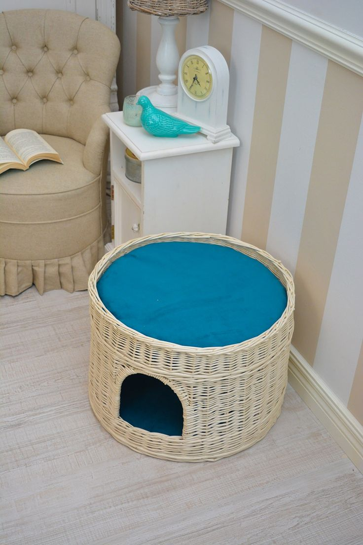 Two-level den, bed for your cat, or maybe a dog and a cat? Den, which on the lower level has a good house for shelter. On the upper level and the observation deck to observe good household. Both levels padded turquoise cushions with removable covers that are easy to clean.