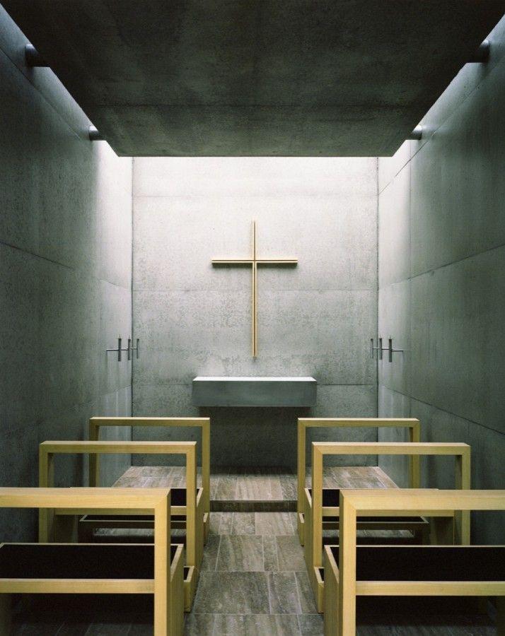 St. Benedikt Chapel / Kunze Seeholzer. Kneeling bench