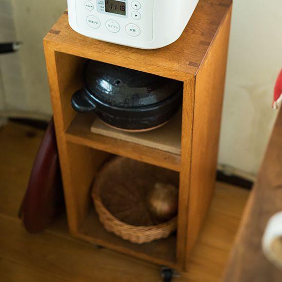 東京・世田谷区等々力にある、家具と雑貨の店「巣巣」の店主、岩﨑朋子さんのご自宅を訪ねるインテリア連載・第3話。築40年以上のマンションの古い味わいを生かしてリフォームし、心地よい空間を作り上げています
