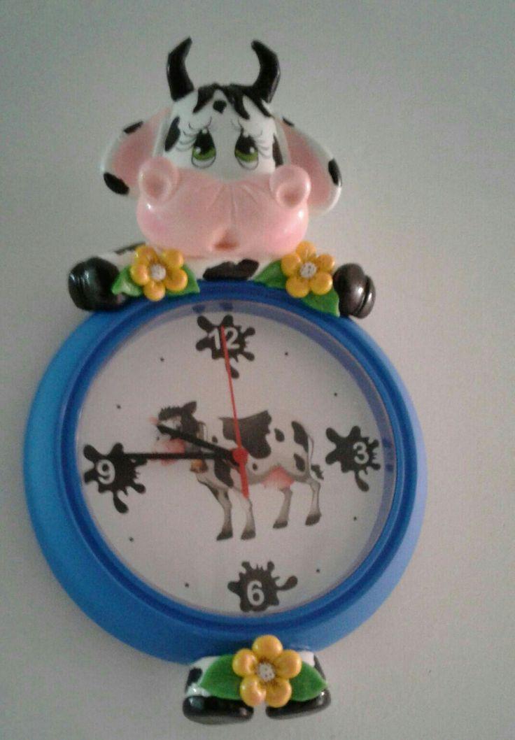 Reloj decorado en porcelana fria
