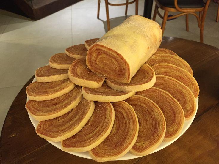 Aprenda a fazer um autentico bolo de rolo pernambucano INGREDIENTES 250 gramas de açúcar refinado 250 gramas de uma boa manteiga 250 gramas de farinha de trigo 05 ovos Recheio 1 lata de uma boa goaibada cortada em cubos 1/2 copo de água 1 cálice de vinho do porto COMO FAZER BOLO DE ROLO PERNAMBUCANO …