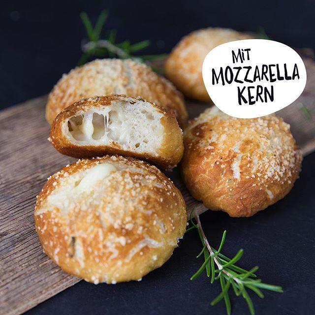 Na habt Ihr unsere leckeren Rosmarin-Laugenbrötchen mit Mozzarella-Kern schon ausprobiert? 🤗 Wir bekommen nicht genug davon 🤤 die Brötchen gab es jetzt schon öfter bei uns 😍 Rezept findet Ihr im Rezeptkalender 2018 bzw. auf unserem Blog 😉 #mixgenuss #mixgenussrezept #thermomixrezepte #brötchen #rosmarin #laugenbrötchen #lieblingsrezept #soulfood #gebäck #wochenende