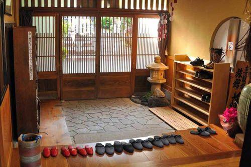 Прихожая или genkan в японском доме.
