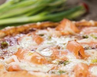 Pizza saumon-poireaux au Thermomix© : http://www.fourchette-et-bikini.fr/recettes/recettes-minceur/pizza-saumon-poireaux-au-thermomixc.html