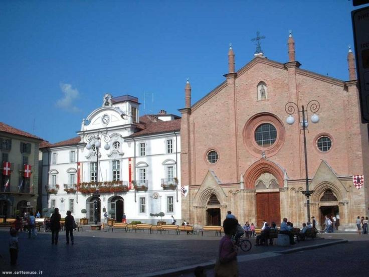 Asti, piazza San Secondo: collegiata e municipio