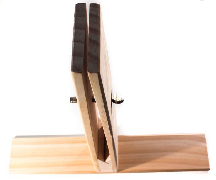 Nähklemme für Lederarbeiten. Zur einfachen Bearbeitung von Leder, Nähen von Leder ist diese Nähklemme gedacht. Das Werkstück einfach oben einklemmen, das Unterteil zwischen die Beine klemmen (also drauf setzen) und nähen. Die...
