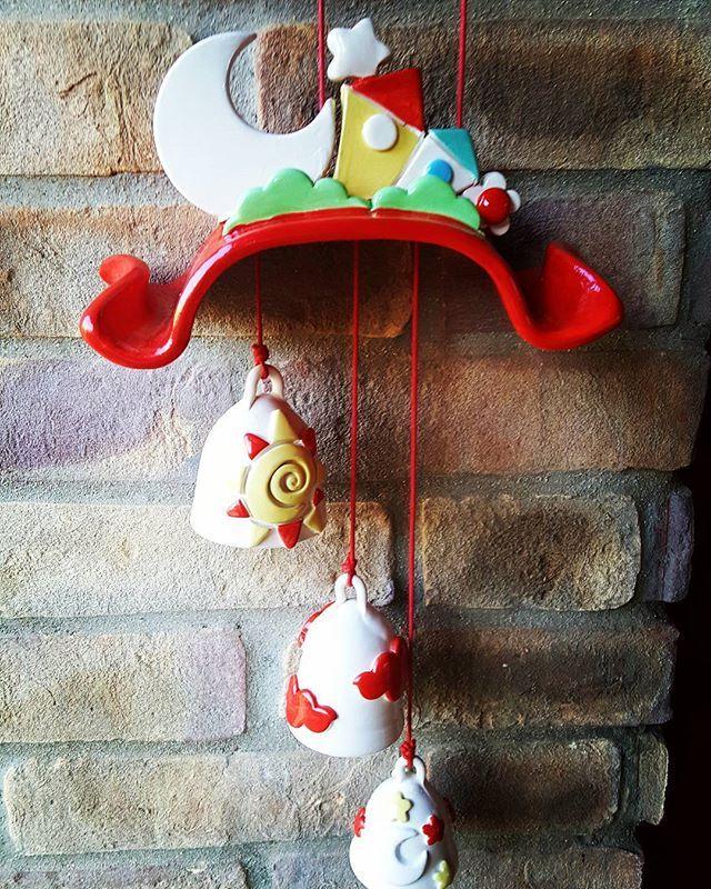 #scacciapensieri #casette # campanelle #luna #ceramicheartigianali #ceramica #ceramicart #ceramicartist #handmed #argilla #terracotta #artigianato #fattoamano #lemaddine #creativemamy #percorsicreativi #creatività #creativity #mammecreative #spilloemirtillo ##rosso#idearegalo #