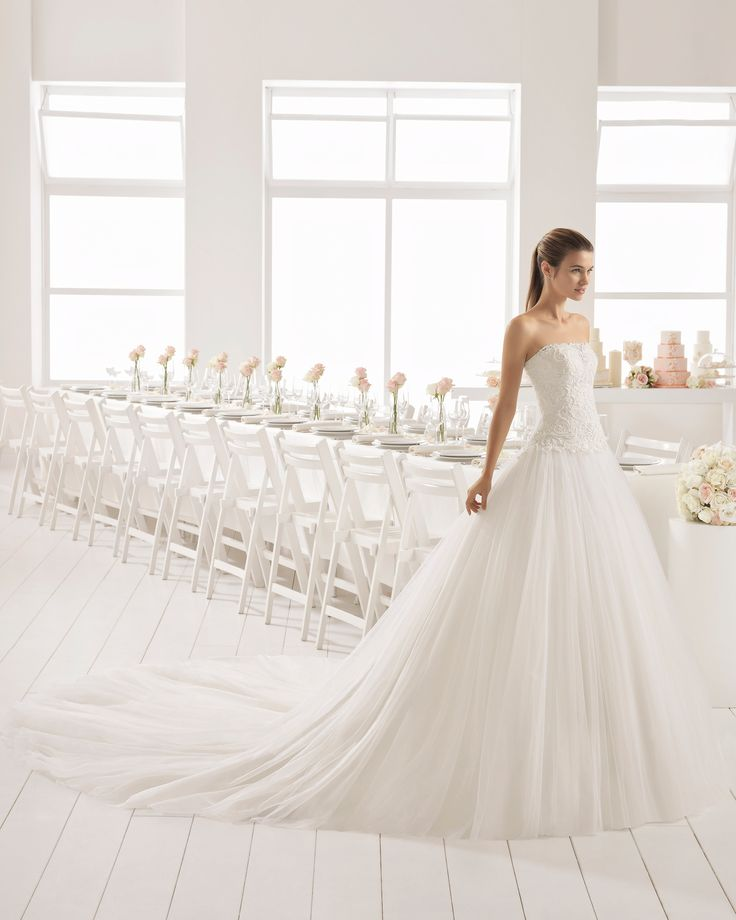 Romantic-style beaded lace and tulle strapless wedding dress with full skirt. 2018 Aire Barcelona Collection.